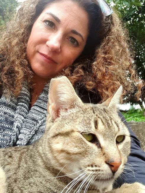 הדר ויטמן־ברעם ואחד החתולים. לא הספקתי להיפרד  (צילום: צילום מסך מתוך פייסבוק)