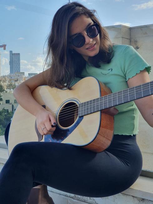 """""""מוזיקה יכולה להפוך את המצב רוח שלי ולהציל לי את היום. החיים שלי לא היו אותם חיים בלי הפסקול שלי"""" (צילום: אריאל כהן)"""