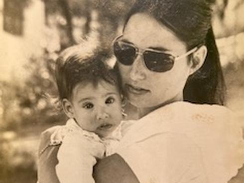 צ'פלין בזרועות אמה, עדה רון.