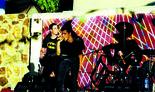 """דני גפן לפני הפציעה במהלך הופעה של הלהקה בסוף שנות ה־90. """"רצינו ללכת עד הסוף: תקליטים, הופעות ותקשורת"""""""