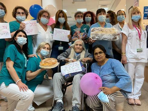 חוגגים יום הולדת 100 בבית החולים