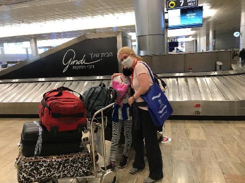 """ברוכות הבאות. אסתר ובתה מיכל, עם הנחיתה בנתב""""ג"""