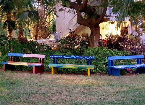ספסלי העץ החומים תפסו צבע