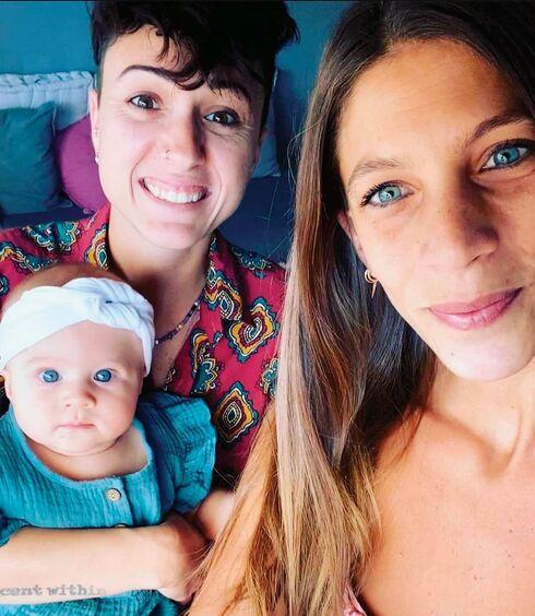 גיאת עם בת זוגה דקלה והבת תיאה