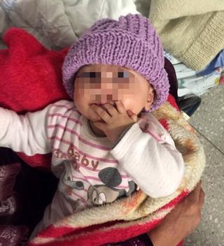 האמהות הסוריות התרגשו מהמחווה. תינוקת סורית בזיו עם כובע שנסרג, צילום: המרכז הרפואי זיו