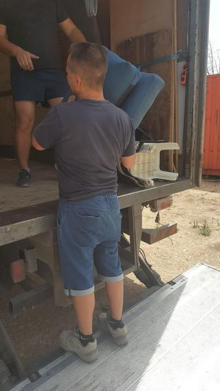 מגורים ראויים. מעבירים רהיטים לחיילים בודדים, צילום: באדיבות משלי