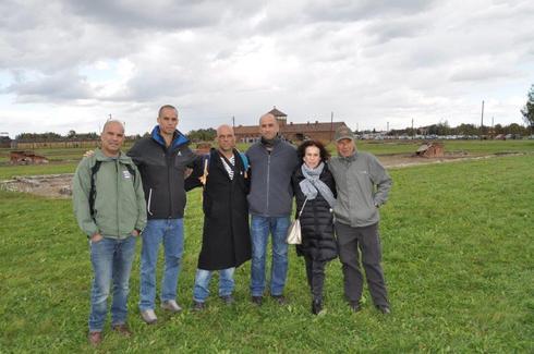 סגירת מעגל. אפרים, אשתו רותי וארבעת ילדיהם בביקור באושוויץ-בירקנאו, שם נספתה האם שלא זכתה לגדלו